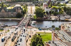 横跨奥得河的桥梁 从条板箱飞行的什切青 通过在桥梁的汽车 库存图片