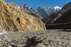 横跨山河,喜马拉雅山尼泊尔的吊桥 免版税图库摄影
