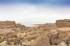 横跨岩石向海 图库摄影
