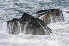 横跨岩石的海浪流程 库存图片