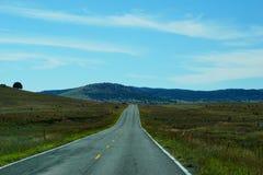 横跨平原的高速公路到新墨西哥里山  免版税库存图片