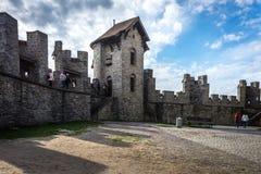 横跨庭院的Toursists步行Gravensteen城堡的 库存照片