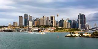 横跨悉尼` s偶象城市地平线港口和街市中心商务区的宽全景在澳大利亚 免版税库存照片