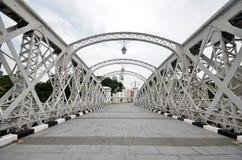 横跨新加坡河的安徒生人行桥 免版税库存照片