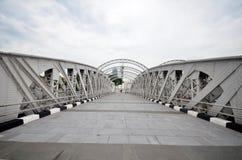 横跨新加坡河的安徒生人行桥 图库摄影