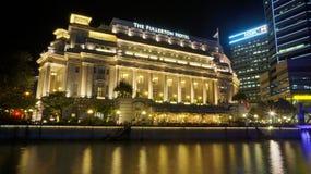 横跨新加坡河被观看的富乐顿旅馆 库存图片