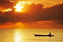 横跨日落的旅途 免版税库存照片
