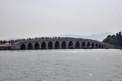 横跨昆明湖的17曲拱桥梁根据颐和园在北京 免版税库存照片
