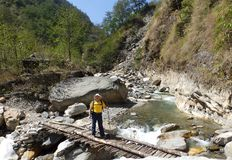 横跨木桥梁的运载的物品对珠穆琅玛营地 图库摄影
