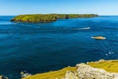 横跨杰克声音的一个看法往Skomer海岛,威尔士 免版税库存照片