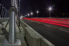 横跨桥梁的交通在黄昏 库存照片