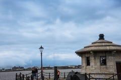 横跨梅尔塞河的Lookin向从阿尔伯特船坞的伯肯黑德在英国 库存照片