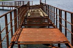 横跨水的被放弃的老生锈的铁桥梁 库存照片