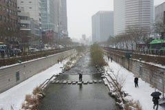 横跨汉城的Cheong Gye Cheon小河的垫脚石桥梁 免版税库存图片