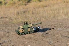 横跨沙漠的坦克种族 库存照片