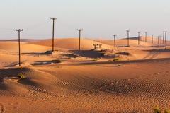 横跨沙漠的输电线 图库摄影