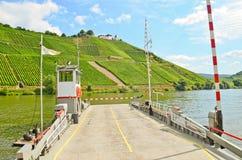 横跨河摩泽尔运送对Marienburg城堡在村庄Puenderich -摩泽尔酒区域附近在德国 免版税库存照片