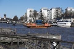 横跨河气氛的轮渡在图尔库 库存图片