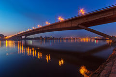 横跨河的桥梁在晚上 库存图片