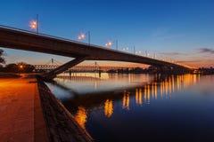 横跨河的桥梁在晚上 库存照片