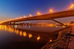 横跨河的桥梁在晚上 免版税库存照片