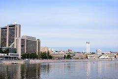 横跨河的看法老镇的堤防的 库存图片