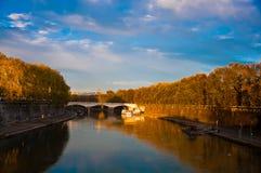 横跨河的看法 库存照片