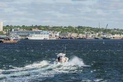 横跨河的行驶颠簸在新贝德福德港口 免版税库存照片