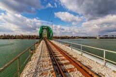 横跨河的钢桥梁 免版税库存照片