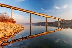 横跨河的钢桥梁 图库摄影