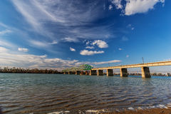 横跨河的钢桥梁 库存照片