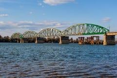 横跨河的钢桥梁 免版税库存图片