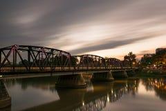 横跨河的铁桥梁 免版税图库摄影