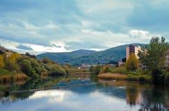 横跨河的风景在Tivoli 免版税图库摄影