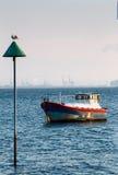 横跨泰晤士出海口的看法有一条被停泊的小船的 库存照片