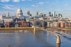 横跨泰晤士河和圣保罗的大教堂的千年桥梁在伦敦 免版税图库摄影