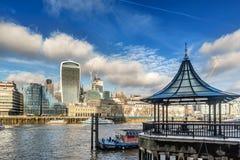 横跨泰晤士河的一个看法有财政摩天大楼的  免版税库存照片