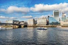 横跨泰晤士河的一个看法有财政摩天大楼的  免版税图库摄影