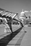 横跨泰晤士河的千年桥梁在圣保罗的主教的座位之间 库存照片