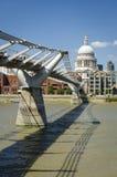 横跨泰晤士河的千年桥梁在圣保罗的主教的座位之间 免版税库存图片