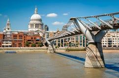 横跨泰晤士河的千年桥梁在圣保罗` s主教的座位之间 免版税库存图片