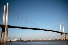 横跨泰晤士河的英国女王伊丽莎白二世桥梁在达特福德 库存照片