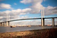 横跨泰晤士河的英国女王伊丽莎白二世桥梁在达特福德 免版税库存照片