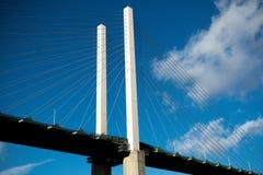 横跨泰晤士河的英国女王伊丽莎白二世桥梁在达特福德 免版税库存图片