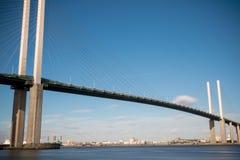 横跨泰晤士河的英国女王伊丽莎白二世桥梁在达特福德 图库摄影