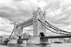 横跨泰晤士河的黑白伦敦塔桥梁 免版税库存图片