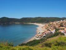 横跨海和海滩的看法 库存照片