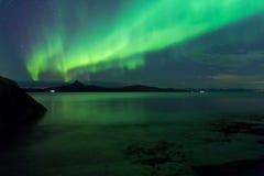 横跨海湾风景的极光 库存照片