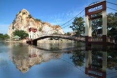 横跨湖的吊桥中央谷和反射 免版税图库摄影