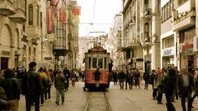 横跨独立大道伊斯坦布尔的电车奔跑 图库摄影